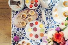 Печенья Macaroons на белой стойке Стоковое Изображение RF