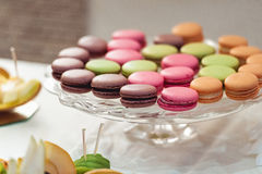 Печенья Macaroons на стеклянной стойке Стоковые Изображения