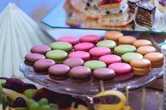 Печенья Macaroons на стеклянной стойке Стоковое Изображение RF