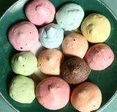 Печенья Macaroons покрашенные на плите Стоковое Изображение