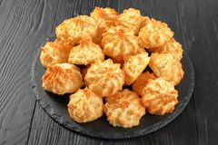 Печенья macaroons Oconut на плите Стоковые Изображения