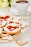 Печенья Shortbread в форме сердца с вареньем клубники на деревянном столе Стоковые Изображения RF