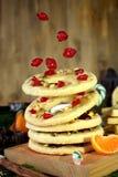 Печенья shortbread летания сформированные как кольца украшенные с высушенными вишнями и гайками Стоковое фото RF