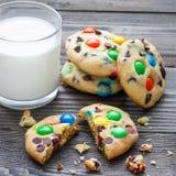 Печенья Shortbread при multi покрашенные обломоки конфеты и шоколада, который служат с стеклом молока, придают квадратную форму Стоковое Фото
