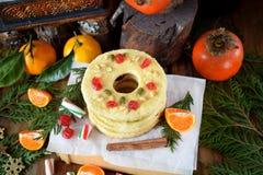 Печенья Shortbread сформированные как кольца украшенные с высушенными вишней и гайками Стоковые Изображения RF