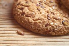 Печенья Vegan хрустящие при солнцецвет, семена льна и изолированные семена сезама Взгляд макроса Стоковые Фотографии RF