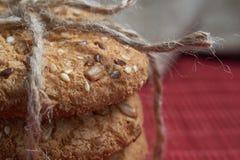 Печенья Vegan хрустящие при солнцецвет, семена льна и изолированные семена сезама Взгляд макроса Стоковое Фото