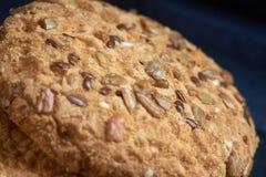 Печенья Vegan хрустящие при солнцецвет, семена льна и изолированные семена сезама Взгляд макроса Стоковая Фотография