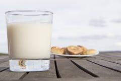 Печенья whit молока Стоковая Фотография RF