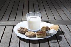 Печенья whit молока Стоковые Изображения