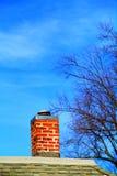 Печная труба кирпича над крышей Стоковые Изображения