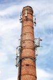 Печная труба кирпича с антеннами клетчатого сообщения Стоковое фото RF