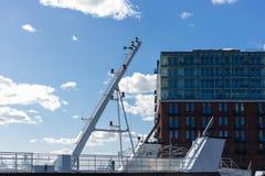 печная труба моста корабля Гамбурга проводя дымит на доках fishmar Стоковые Фото