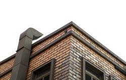Печная труба на кирпичном здании, изолированной белизне с путем Стоковые Фотографии RF