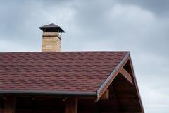 Печная труба на крыше дома Красота и комфорт Здания стоковые изображения