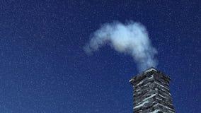 Печная труба дома с дымом на ноче снежностей Стоковые Фото