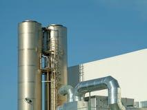 печная труба пускает вентиляцию по трубам завода Стоковые Фото
