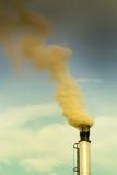 Печная труба с дымом против неба Стоковое Изображение RF