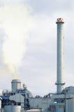 2 печной трубы в фабрике испуская дым повреждая окружающую среду Стоковое Фото
