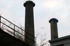 2 печной трубы покинутой фабрики стоковые фотографии rf
