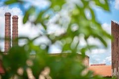 2 печные трубы и хмеля хранят дом в городке Zatec стоковые фото