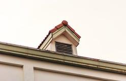 Печные трубы на крыше красных плиток с голубым небом и облаками Стоковая Фотография RF