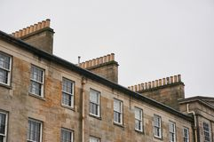 Печные трубы традиционного здания арендуемой квартиры в Великобритании стоковые изображения rf