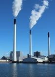 Печные трубы фабрики на заводе энергии с голубым небом и озером Стоковая Фотография