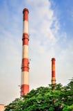 Печные трубы фабрики производящ электричество Стоковые Изображения