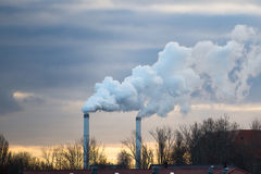 Печные трубы дыма с загрязнять разрядки Стоковые Фотографии RF
