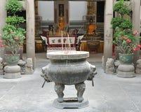 Печь ладана на предпосылке Будды Стоковые Изображения