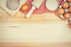 Печь взгляд сверху ингридиентов торта или пиццы на деревянной предпосылке Стоковая Фотография