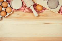 Печь взгляд сверху ингридиентов торта или пиццы на деревянной предпосылке Стоковое Изображение RF