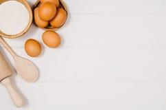 Печь взгляд сверху ингридиентов торта или пиццы на деревянной предпосылке Стоковая Фотография RF