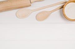 Печь взгляд сверху ингридиентов торта или пиццы на деревянной предпосылке Стоковое Фото
