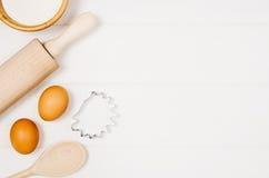 Печь взгляд сверху ингридиентов торта или пиццы на деревянной предпосылке Стоковые Фотографии RF