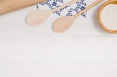 Печь взгляд сверху ингридиентов торта или пиццы на деревянной предпосылке Стоковые Изображения