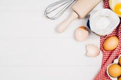 Печь взгляд сверху ингридиентов торта или пиццы на деревянной предпосылке Стоковые Фото