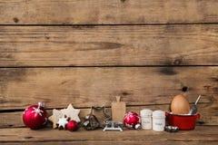 Печь во времени рождества Деревянная предпосылка с утварью кухни стоковые изображения rf
