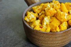 Печь зажарила в духовке цветную капусту в керамическом баке - здоровой еде Стоковые Фото