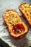 Печь испекла половины сквоша butternut с тимианом, розмариновым маслом и сыр фета заморосил с оливковым маслом Стоковое Изображение RF