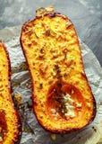 Печь испекла половины сквоша butternut с тимианом, розмариновым маслом и сыр фета заморосил с оливковым маслом Стоковая Фотография RF