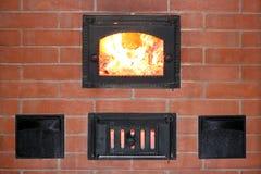 Печь кирпича с огнем в крупном плане двери печи Стоковое Изображение RF