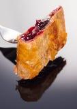 Печь, кусок штрудели вишни на вилке Стоковое Фото