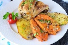 Печь сварила цыпленка с картошкой и сладким картофелем, специями, травами в оливковом масле Домашняя кухня, здоровая концепция ед Стоковое Изображение
