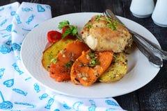 Печь сварила цыпленка с картошкой и сладким картофелем, специями, травами в оливковом масле Домашняя кухня, здоровая концепция ед Стоковое фото RF