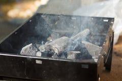 Печь с внутренностью угля имеет огонь и дым от плиты Использование как для подготавливает кашевара Стоковое Изображение RF