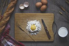 Печь хлеб, варя стоковые фото