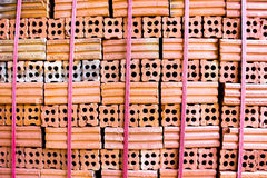 Печь для обжига кирпича. комплект собрания стога красных кирпичей в фабрике b печи Стоковые Изображения RF