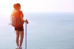Пешая гора взморья стойки женщины Стоковое фото RF